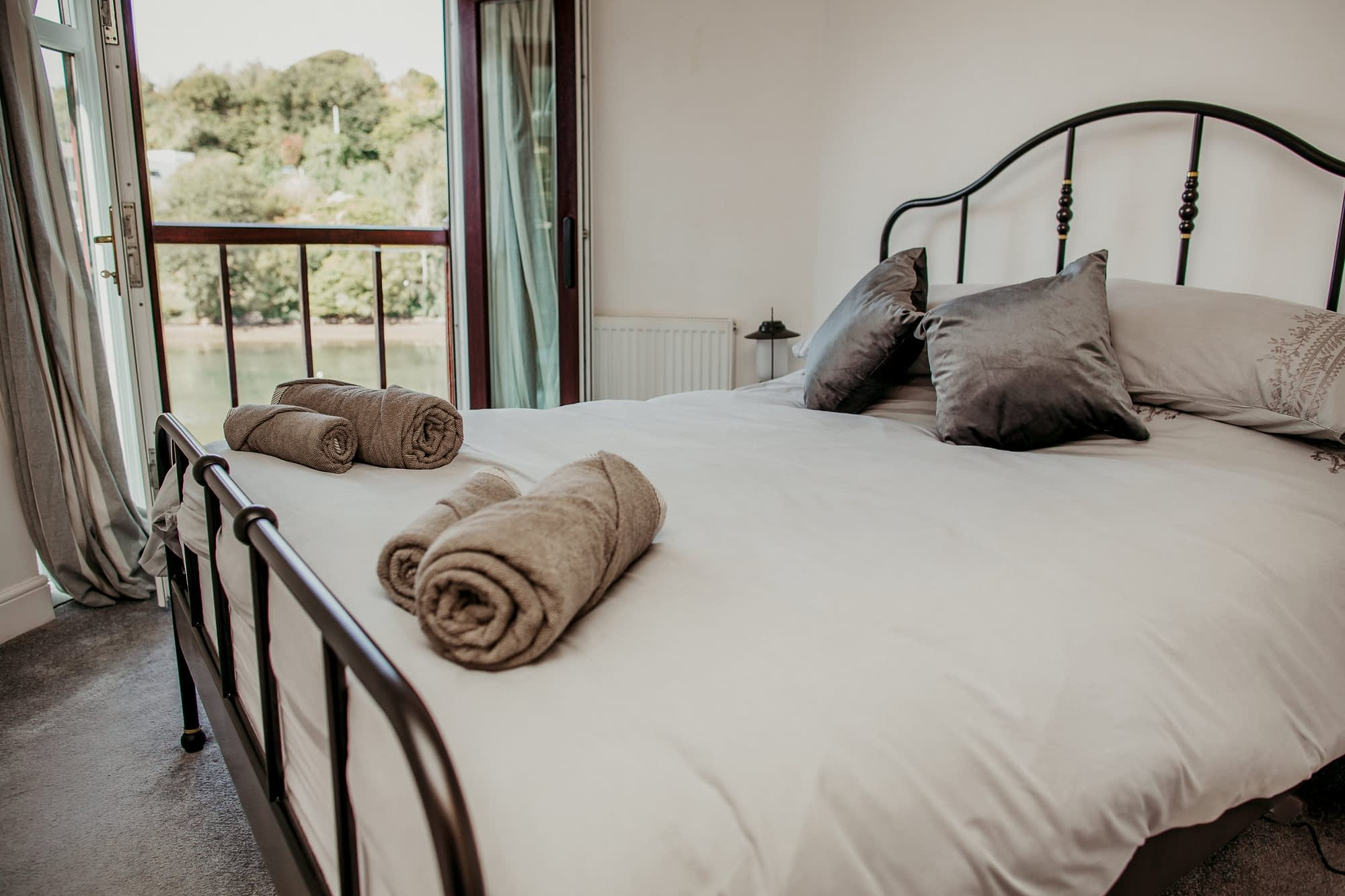 Super comfy king-size bed - The Coaster- Holiday Cottages Noss Mayo